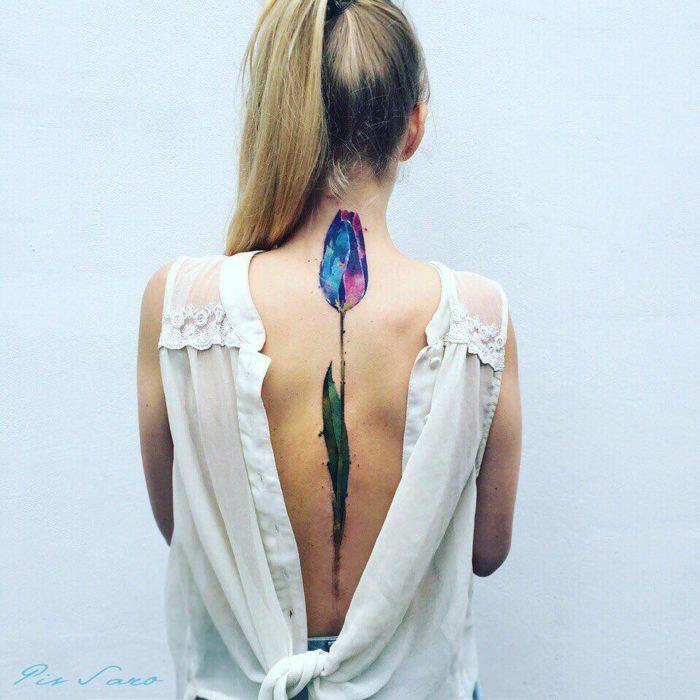 tulipan tatuado en la espalda de una joven