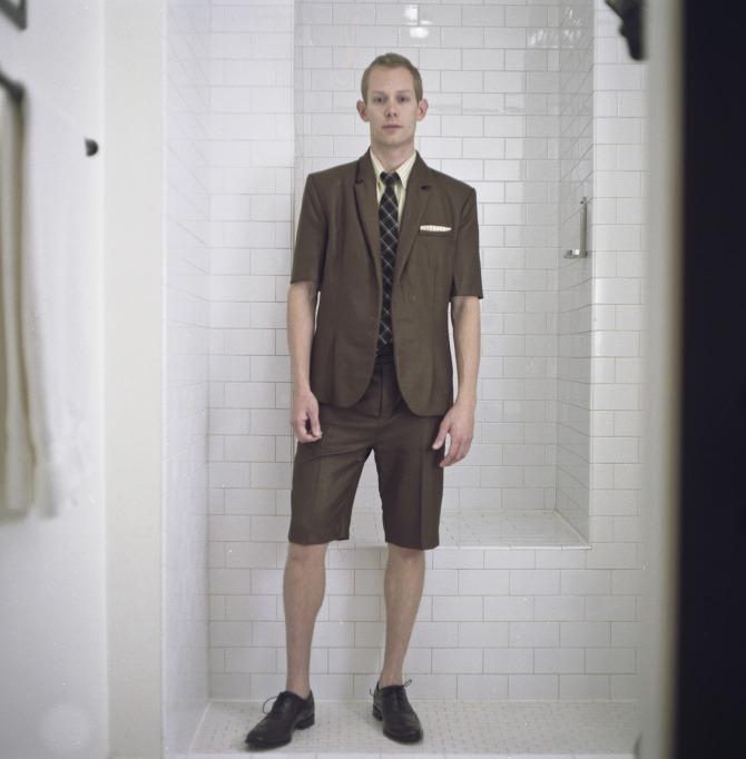 hombre alto traje le queda pequeño