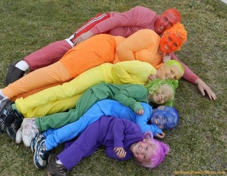 familia disfrazada de colores