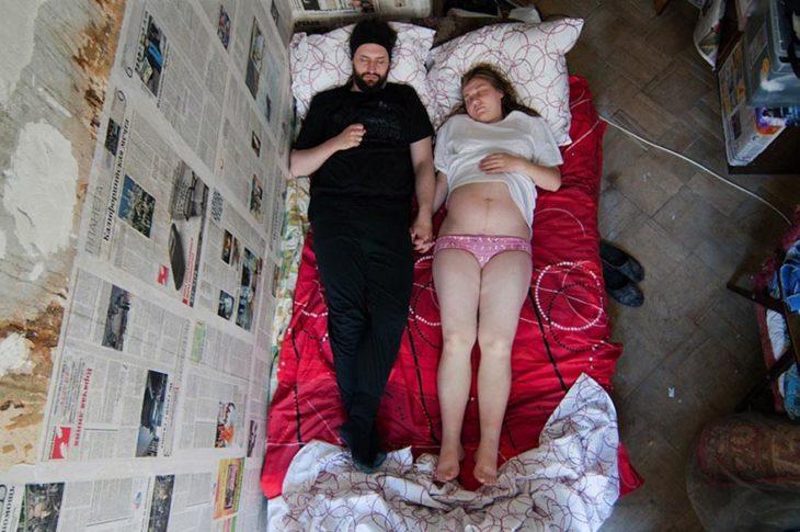 fotografía embarazados durmiendo tomándose de las manos