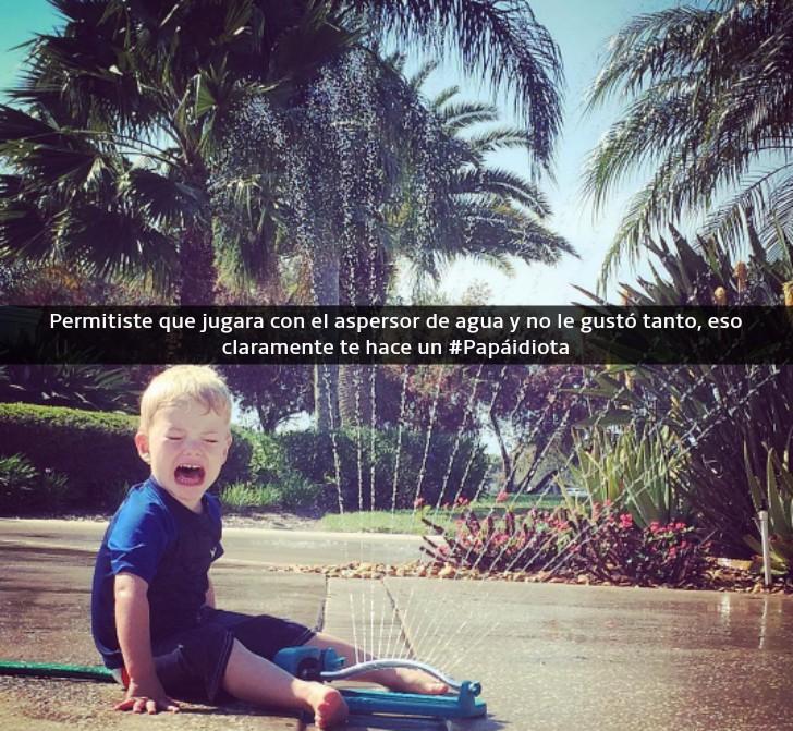 niño llorando al lado de un aspersor