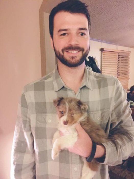 joven con discapacidad adoptó a un cachorro con discapacidad