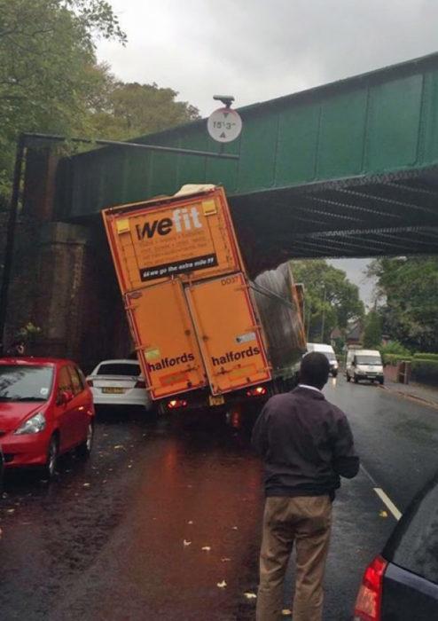 camión no cabe debajo de un puente.