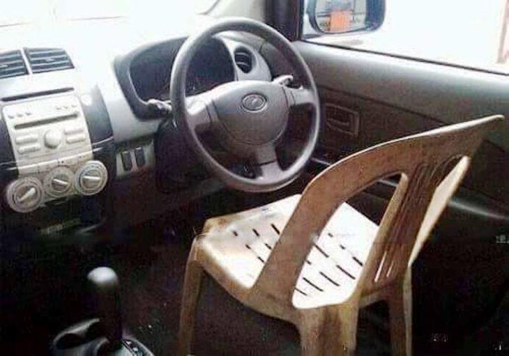 silla de plástico dentro de coche