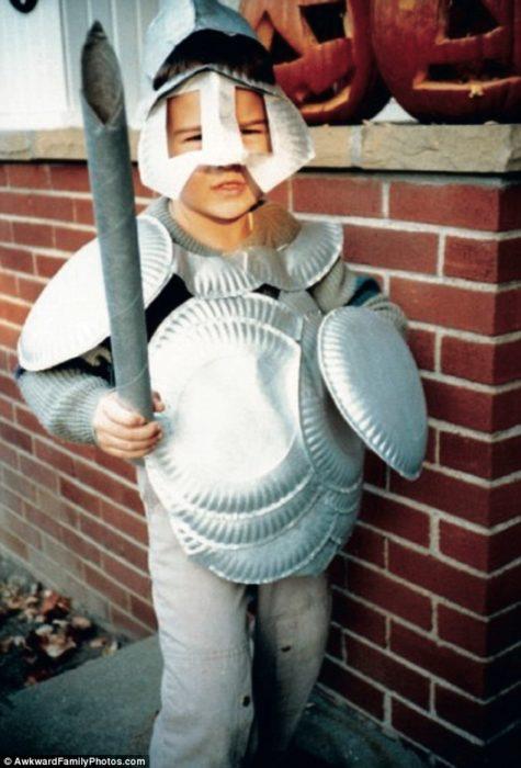 niño disfrazado de caballero, armadura de desechables