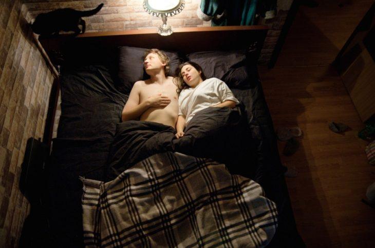 pareja de embarazados durmiendo a oscuras