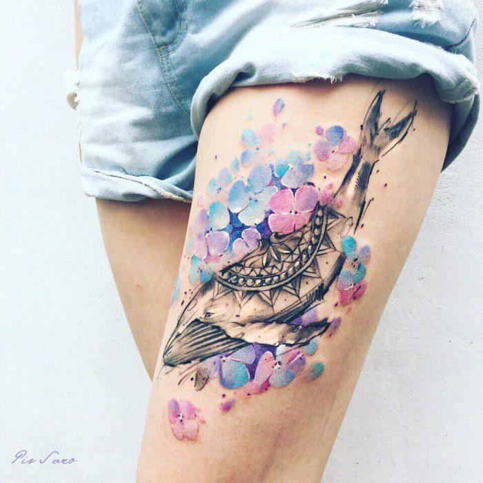 tatuaje de una ballena con flores