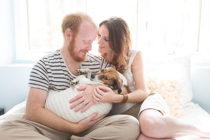 pareja que tiene un perro como bebé