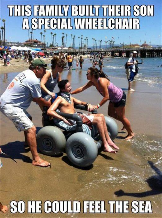 familia construye silla de ruedas para que la familia disfrute el mar