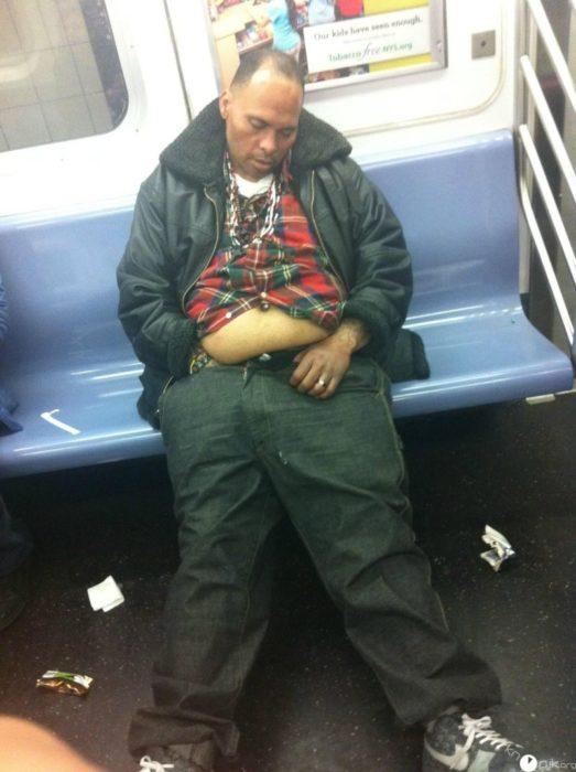 hombre borracho en el metro