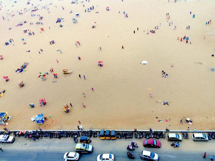 personas acampando en la arena
