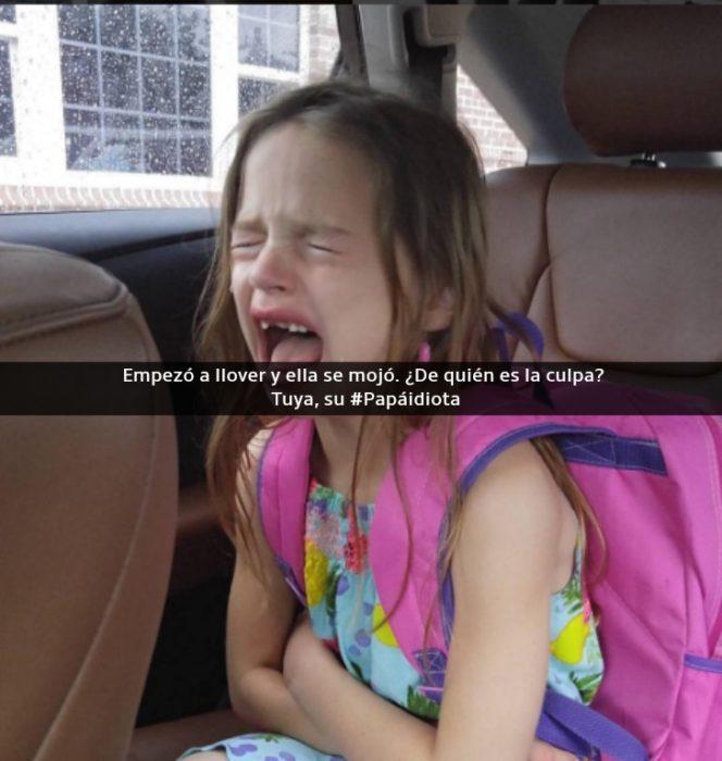 niña con una mochila rosa llorando en un auto