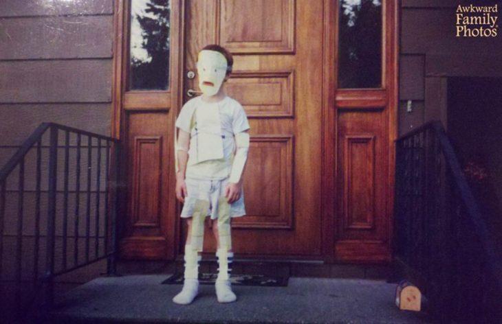 niño con disfraz mal hecho
