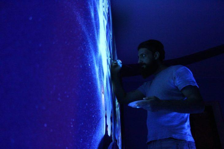 artista pintando con pinturas fluorescentes
