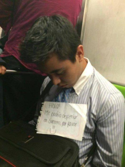 muchacho dormido en el metro