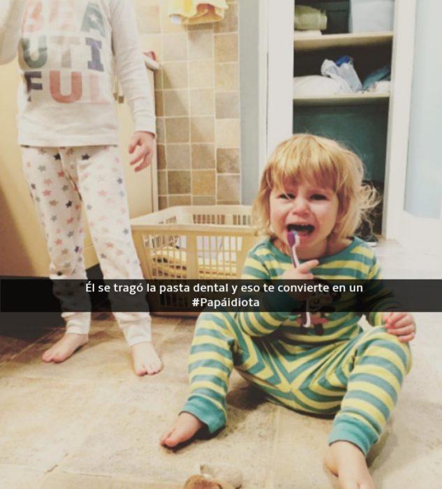 niño con un cepillo de dientes haciendo berrinche