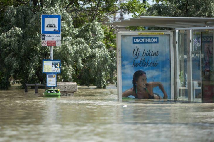inundación, anuncio de bikini