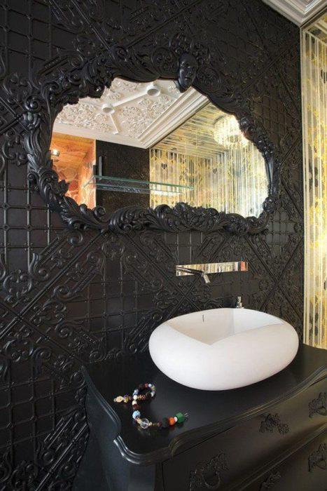 lavabo moderno en cuarto clásico