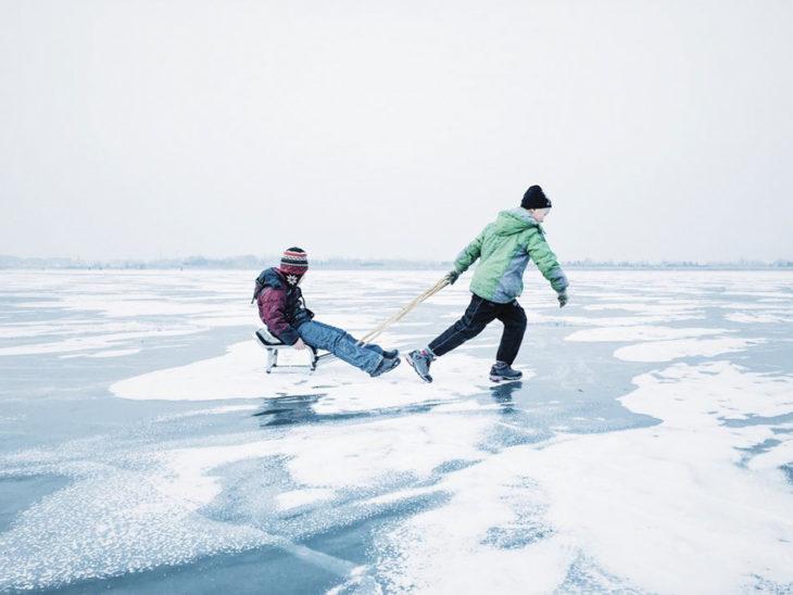 niños jugando en el hielo