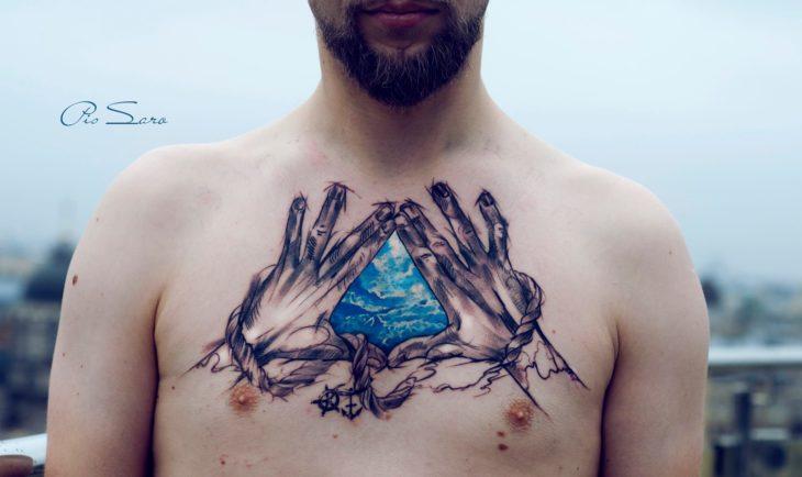 tatuaje en el pecho de un hombre