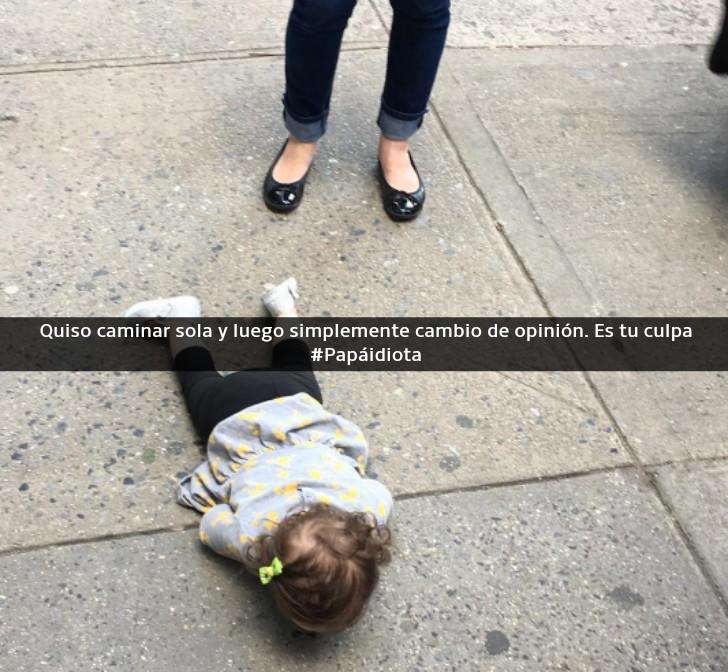 niña pequeña tirada en la calle