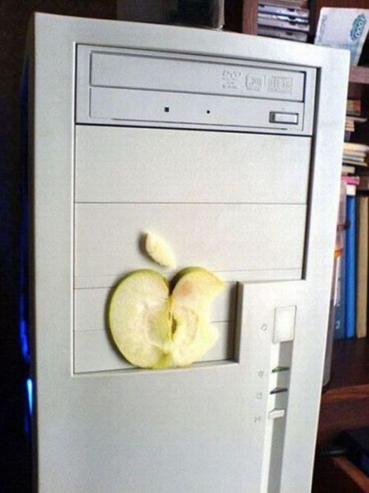 computadora con una manzana real imitando a la mac