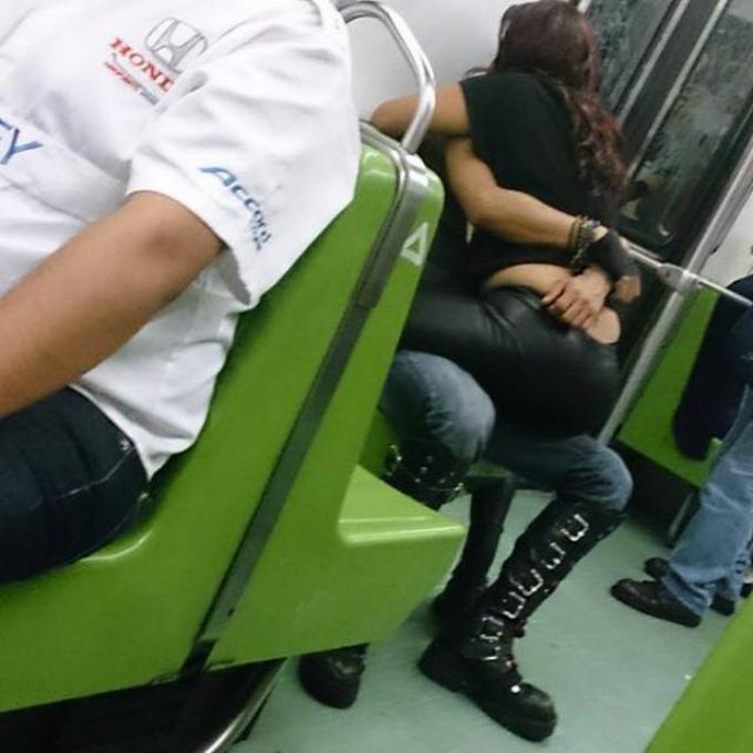 gente manoseándose en el metro