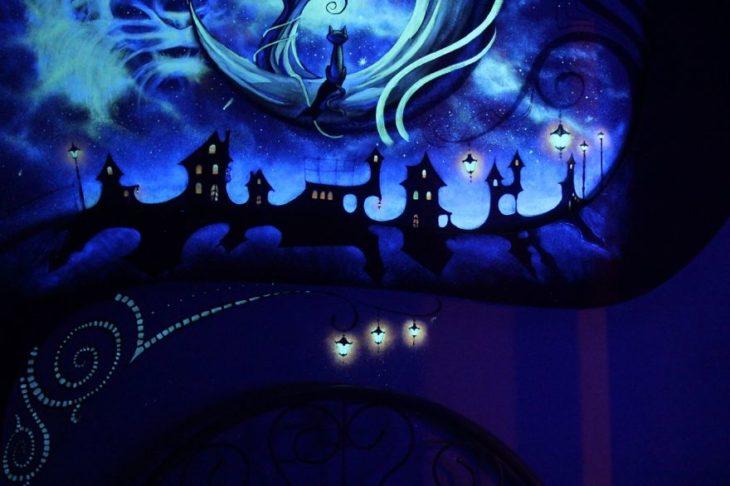 cuarto con paredes fluorescentes en la oscuridad