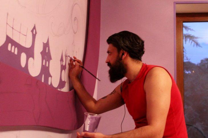artista pintando la pared