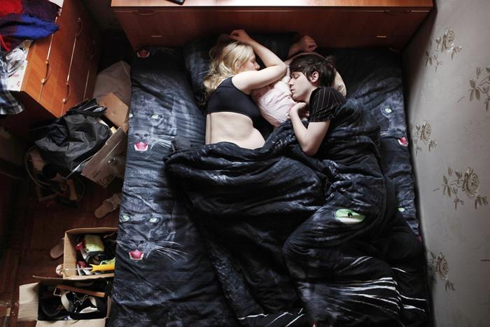 pareja de embarazados sabanas negras