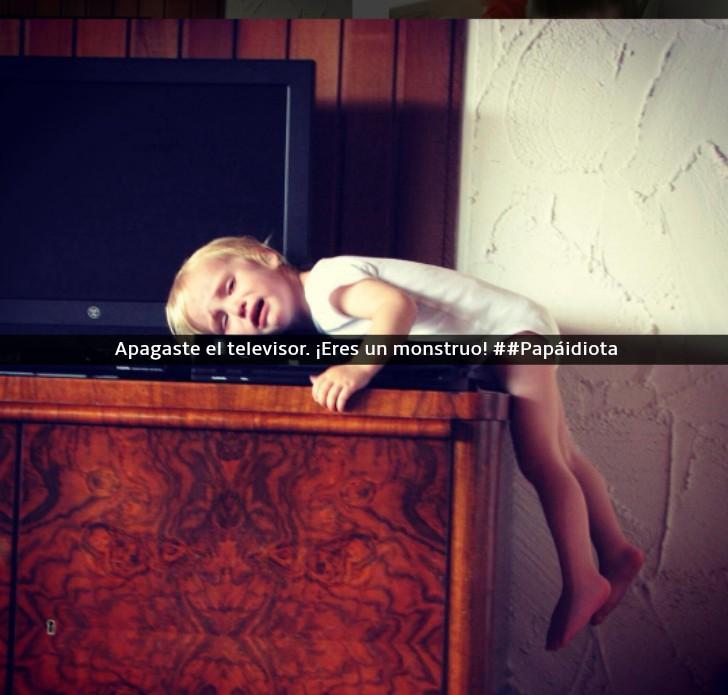 niña llorando al lado del televisor