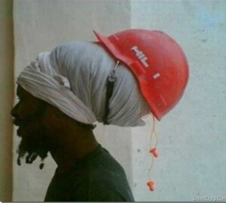 casco de seguridad mal puesto