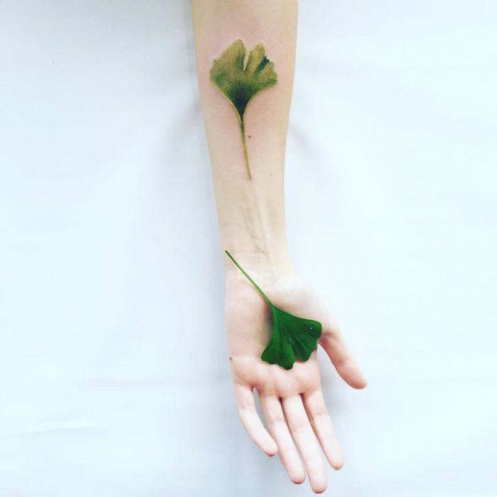 tatuaje de una hoja en un brazo