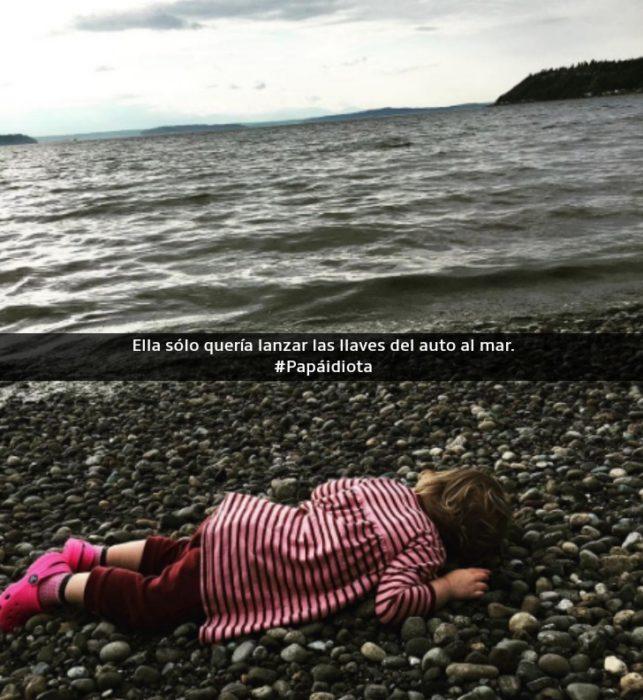 niña llorando a la orilla del mar