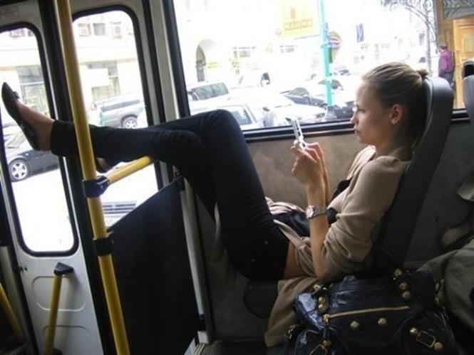 persona alta en el transporte público