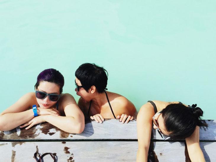 fotografía de 3 amigos en el agua