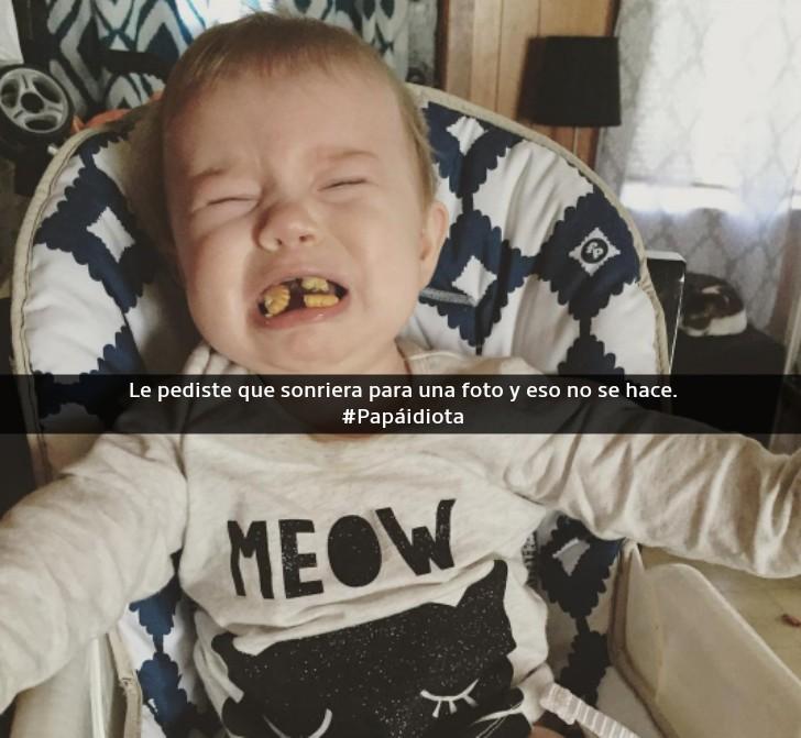 niño llorando con comida en la boca