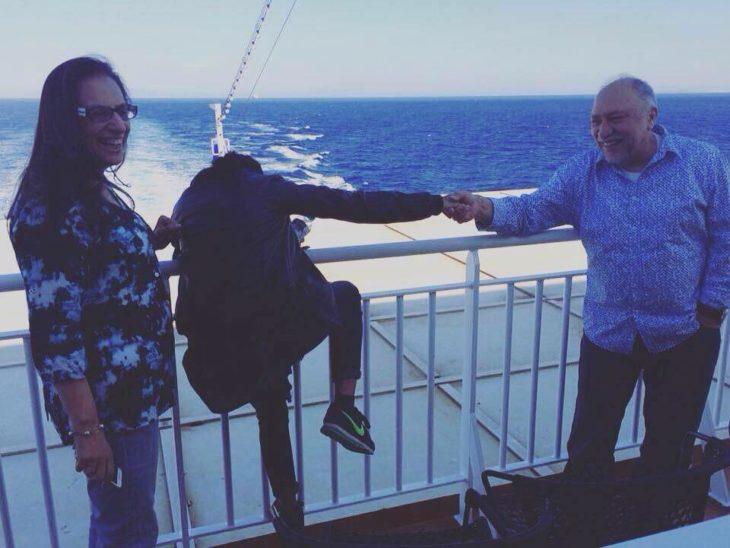 tres personas cerca del mar