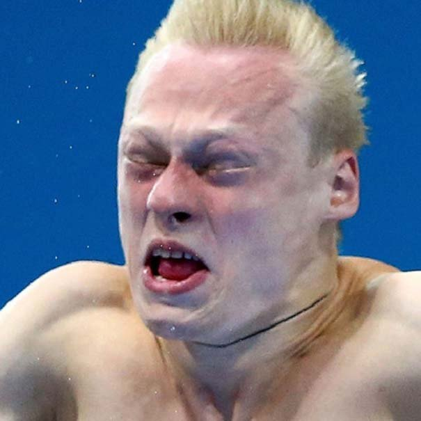 nadador con los ojos cerrados
