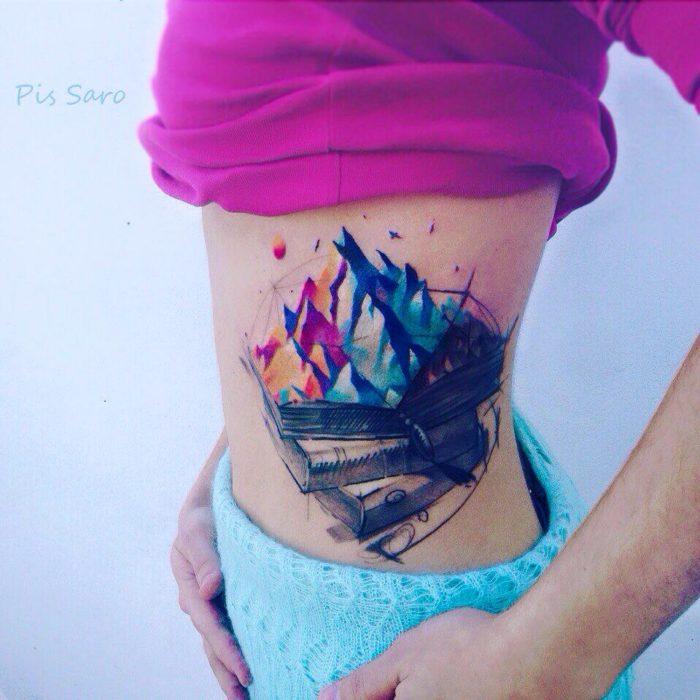 tatuaje de montañas en el abdomen