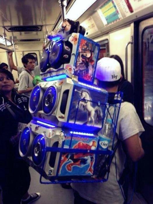 hombre con bocinas en el metro