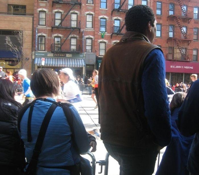 persona alta en las calles