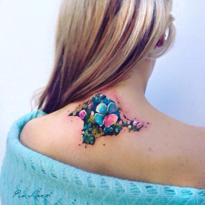 tatuaje de flores en la espalda