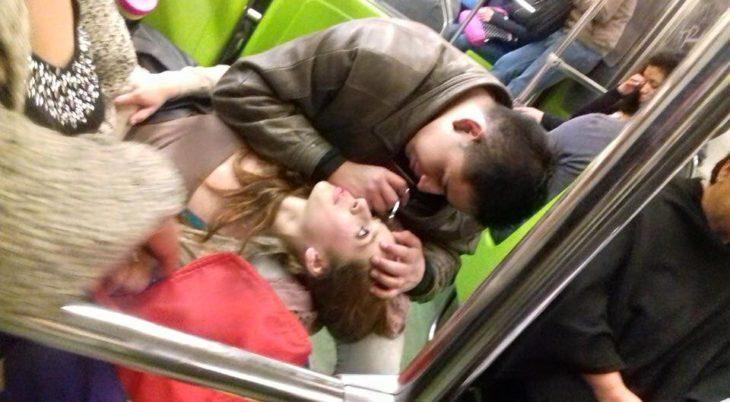 hombre saca cejas a mujer en el metro