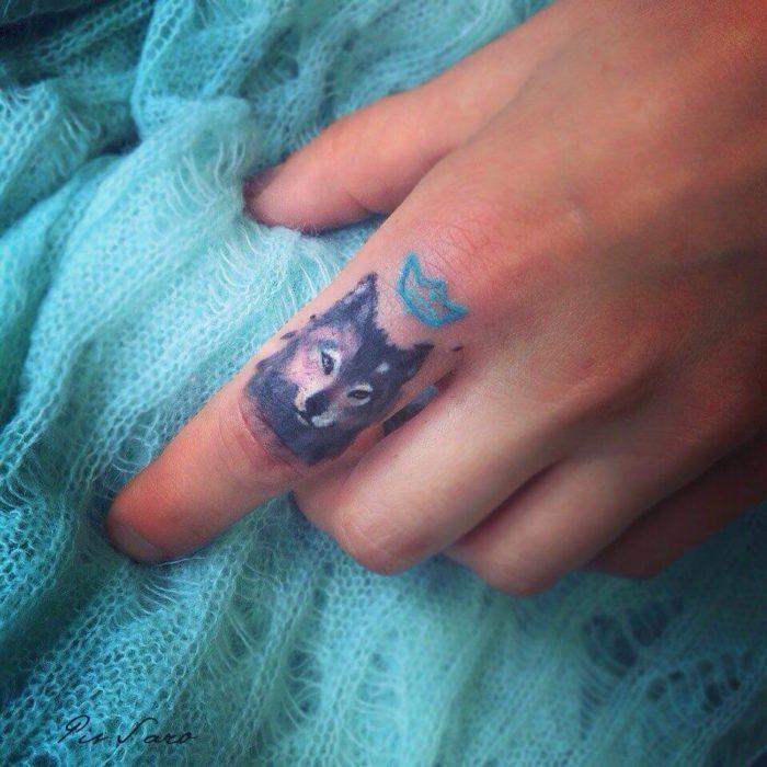 tatuaje de un lobo en el dedo