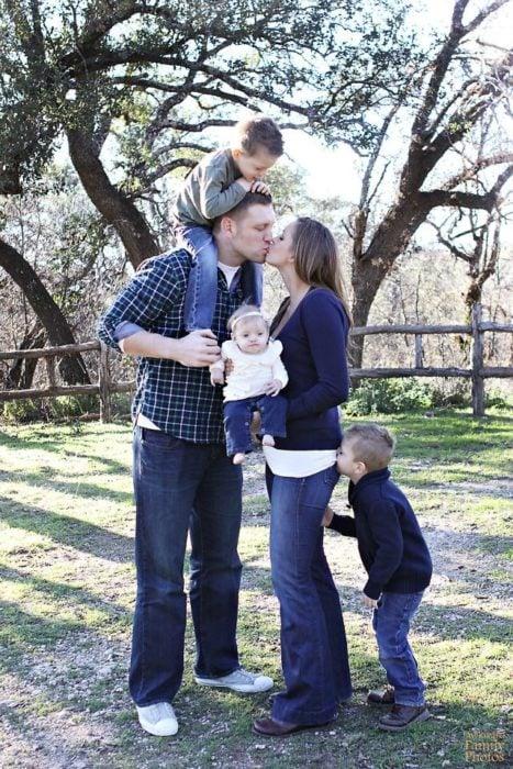 fotografía de familia, niño le muerde una nalga a su mamá