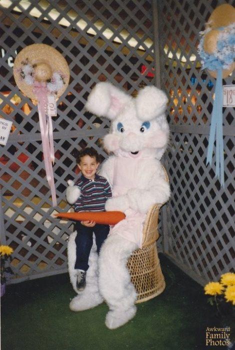 niño en piernas de conejo