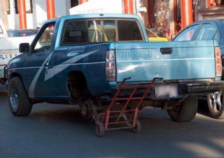 camioneta que en lugar de tener una llanta tiene un diablito