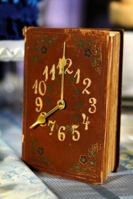 reloj hecho de un libro