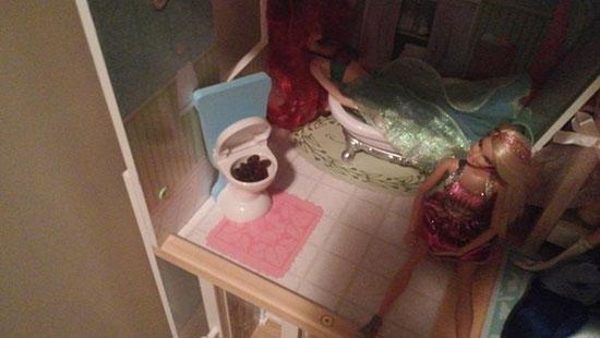 muñeca hace del baño